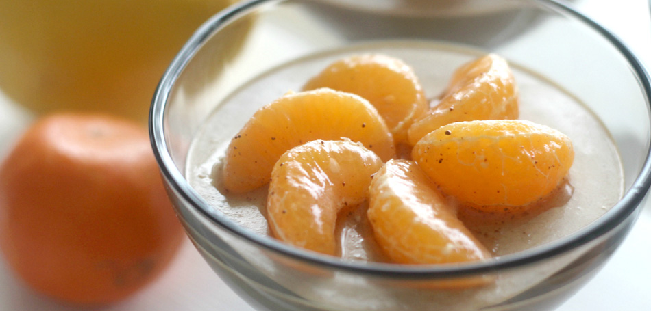 Lakritsainen sitrus-pakuri panna cotta ja marinoidut mandariinit